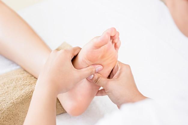 Massaggio rilassante tradizionale di riflessologia plantare tailandese