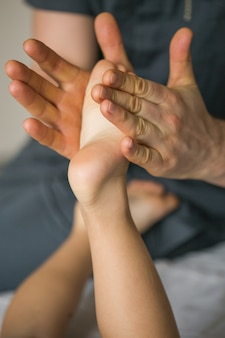Massaggio sul piede del bambino