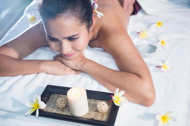 Massaggio tailandese dell'olio nel salone della stazione termale