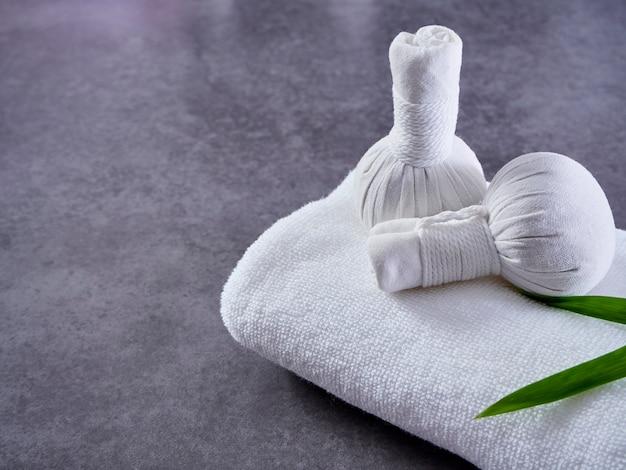 Massaggio termale con impacco alle erbe