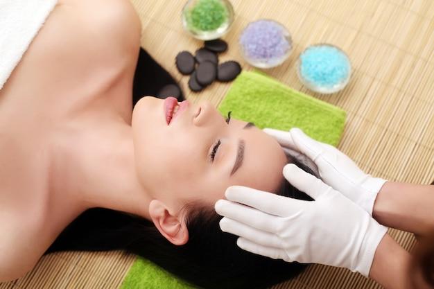 Massaggio termale per donna con maschera facciale sul viso