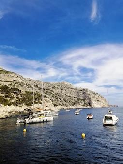 Massif des calanques circondato da barche sotto la luce del sole a marsiglia in francia