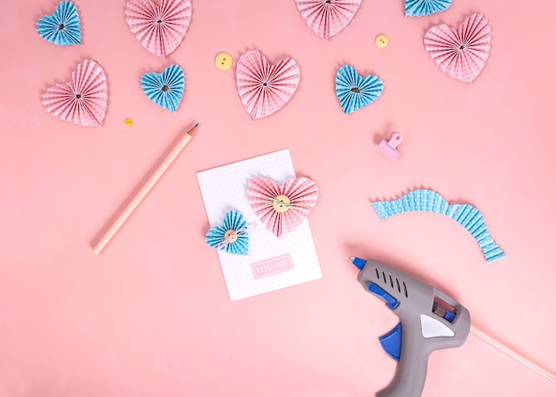 Master class di scrapbooking. fai da te. crea una cartolina di san valentino con cuori di carta.