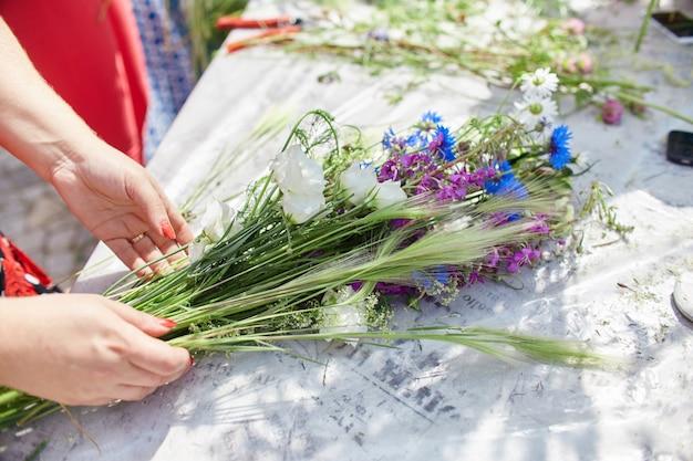 Master class per fare mazzi di fiori. fiore di apprendimento