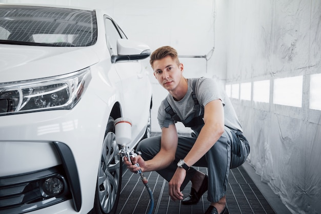 Master in vernice spray per verniciatura di automobili nell'industria automobilistica.