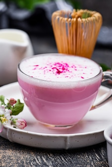 Matcha rosa latte con latte