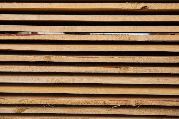 Materiale da costruzione sotto forma di tavole di legno fresche in un cantiere di riparazione stradale. il processo di riparazione. avvicinamento.