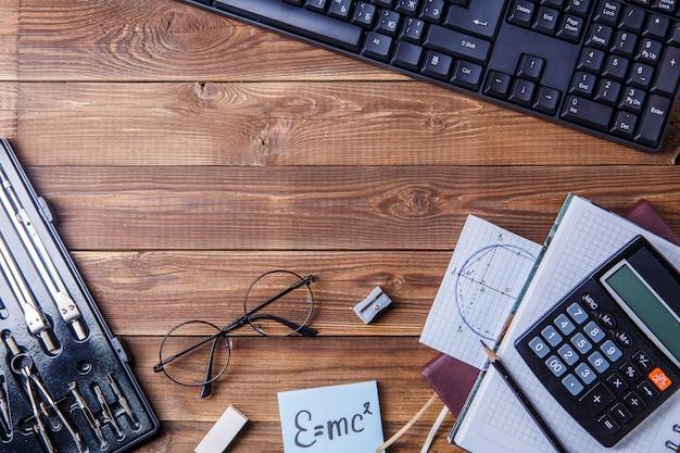 Materiale dello studente sulla tavola di legno con copyspace.