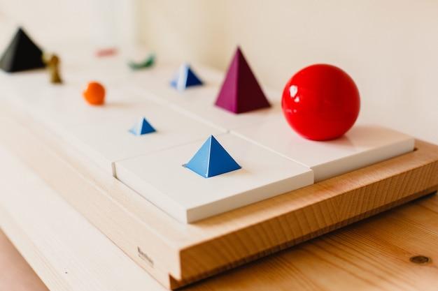 Materiale in legno montessori per l'apprendimento di bambini e bambini a scuola