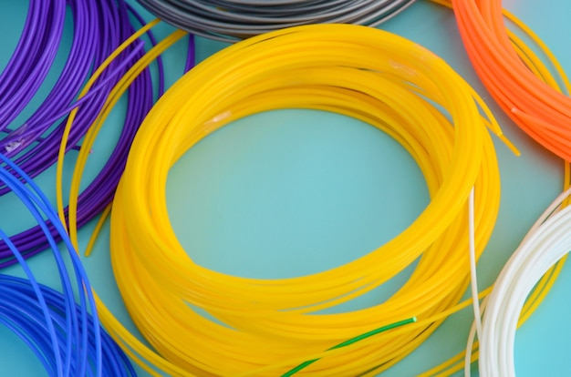Materiale in plastica pla e filamenti abs per la stampa su una penna 3d o stampante di vari colori