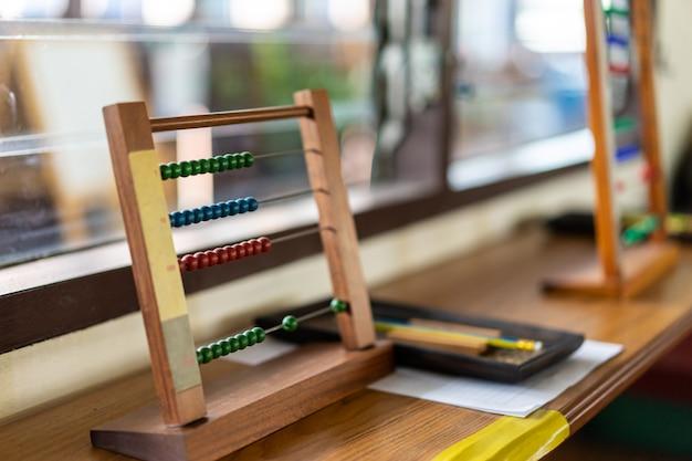 Materiale montessori per la formazione allo sviluppo dei bambini nell'aula della scuola materna