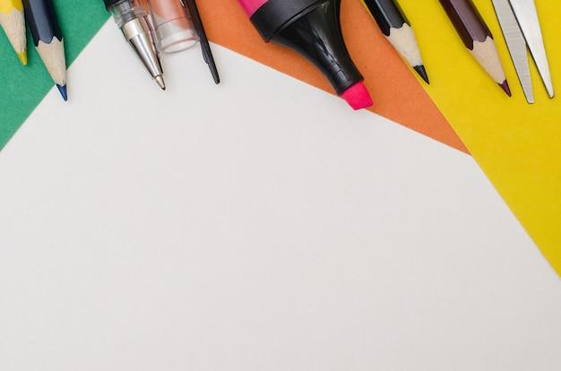 Materiale scolastico, accessori di cancelleria su fondo di carta.