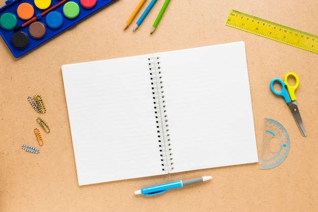 Materiale scolastico colorato su sfondo chiaro