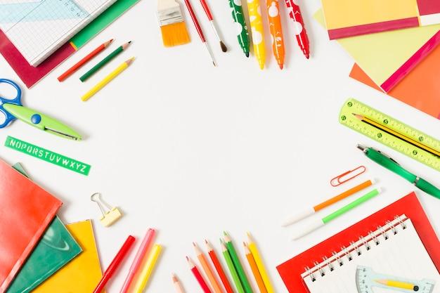 Materiale scolastico colorato su una superficie piana