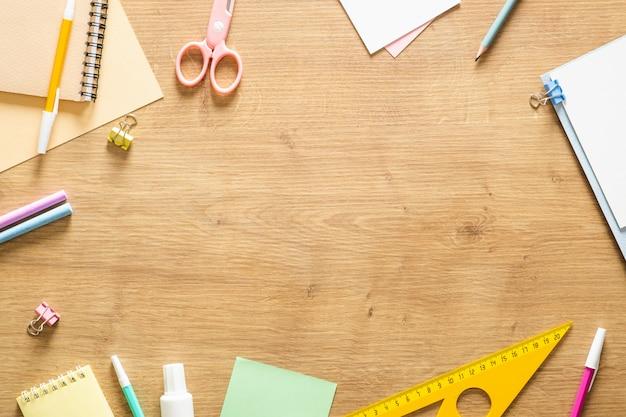 Materiale scolastico cornice di sfondo. torna al concetto di scuola.