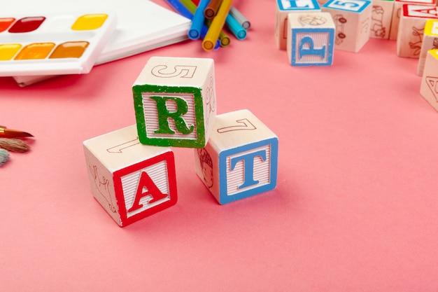 Materiale scolastico e cubi alfabetici in legno