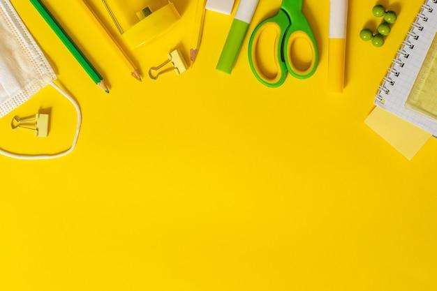 Materiale scolastico e mascherina medica
