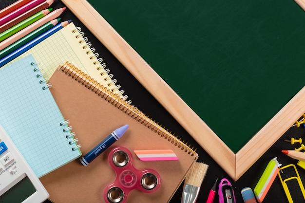 Materiale scolastico e per ufficio. vista dall'alto.