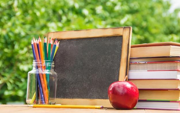 Materiale scolastico. il bambino impara. messa a fuoco selettiva