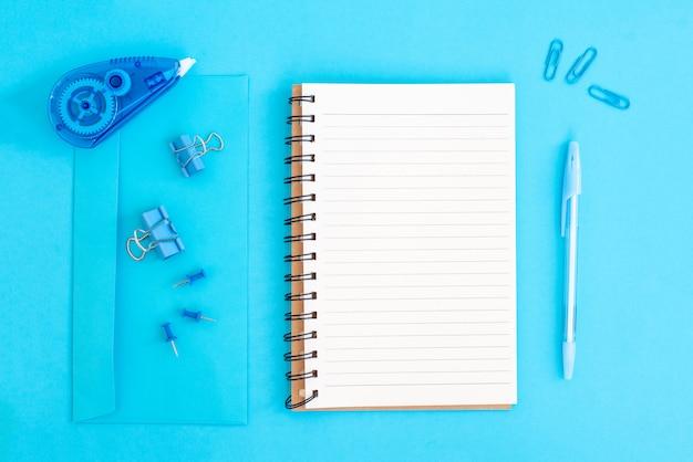 Materiale scolastico in blu pastello torna al concetto di scuola