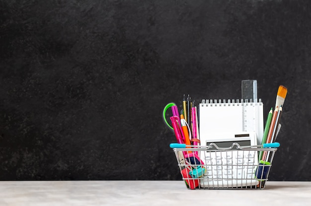 Materiale scolastico in un mini carrello