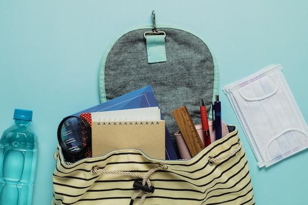 Materiale scolastico in uno zaino