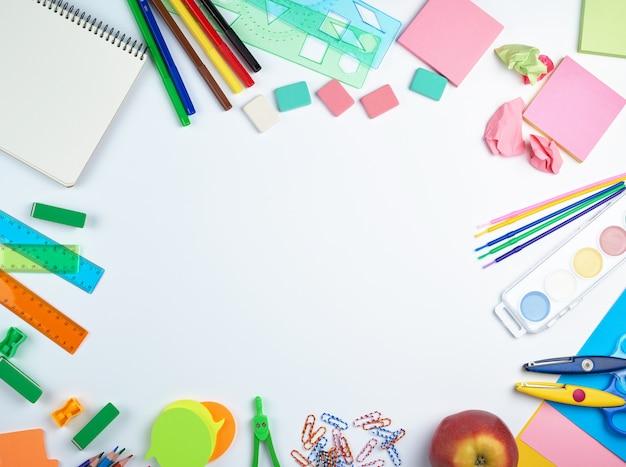 Materiale scolastico: matite colorate in legno, adesivi di carta, graffette, temperamatite
