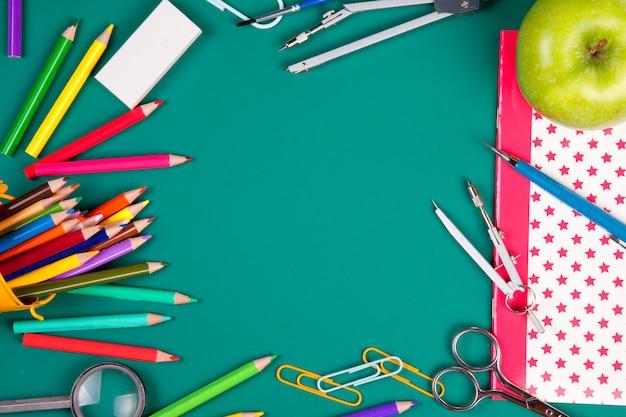 Materiale scolastico per l'inizio delle lezioni. torna al concetto di scuola. vista dall'alto