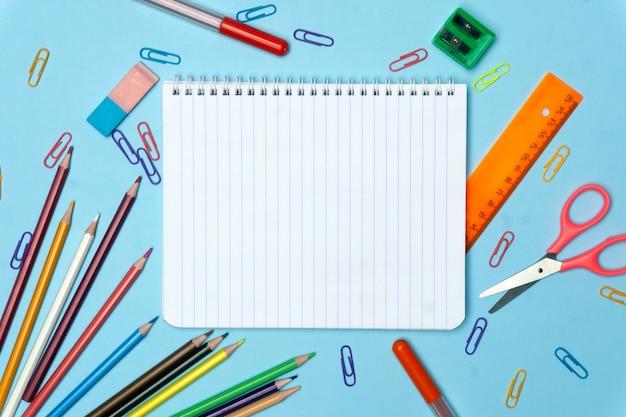 Materiale scolastico su blu