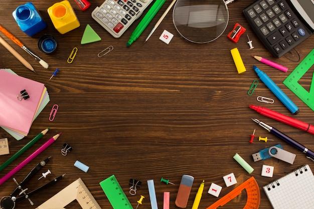 Materiale scolastico su legno