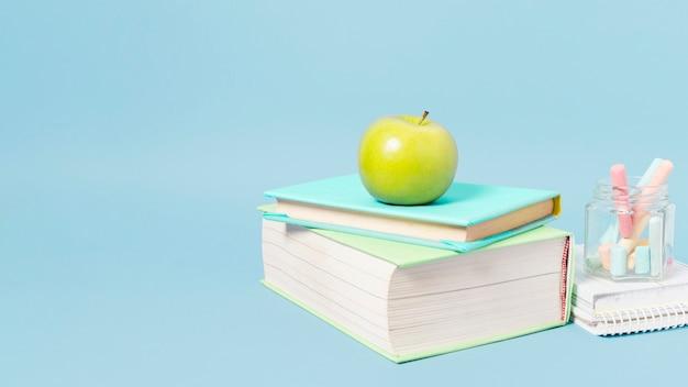 Materiale scolastico su sfondo azzurro