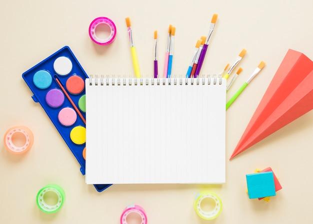 Materiale scolastico su sfondo beige