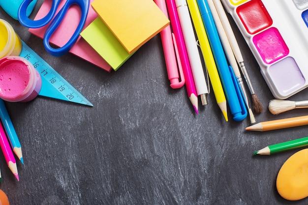 Materiale scolastico su sfondo nero