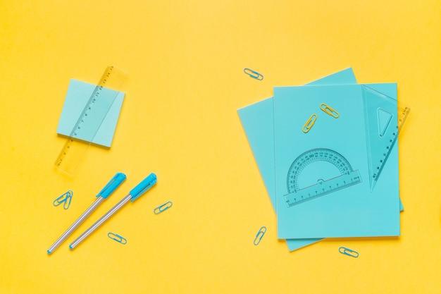Materiale scolastico su un tavolo colorato