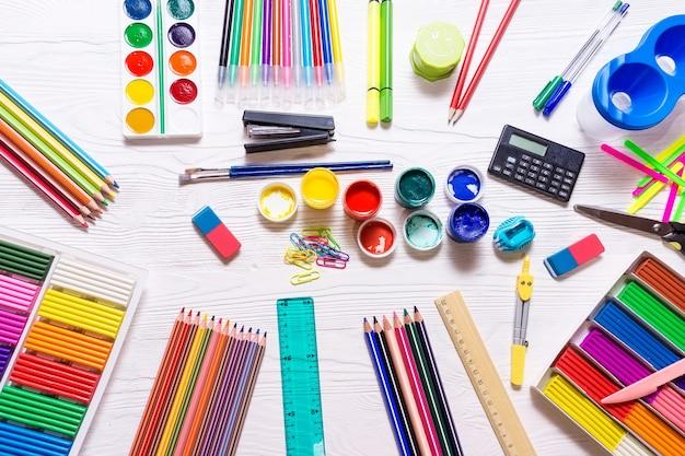 Materiale scolastico su uno sfondo bianco