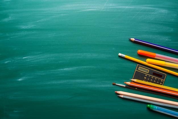 Materiale scolastico sulla lavagna