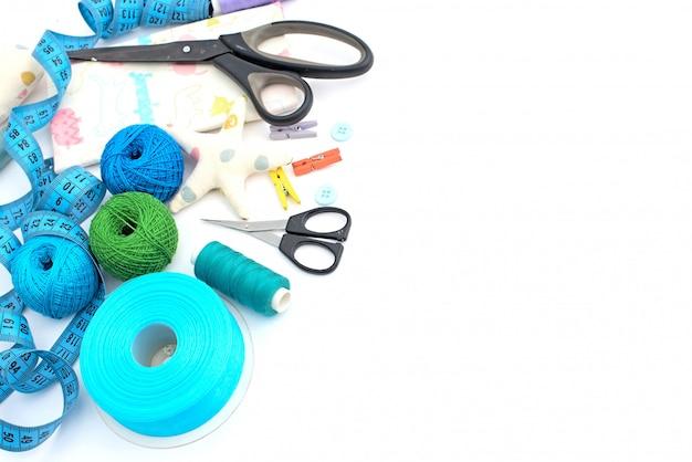 Materiali e strumenti per il ricamo e gli hobby.