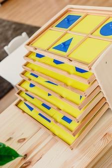 Materiali montessori disposti in classe
