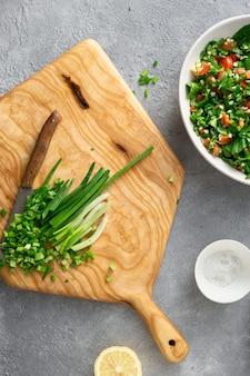Materie prime che cucinano tabouli insalata estiva alimento sano
