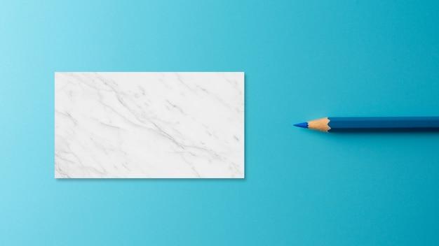 Matita blu pastello su sfondo blu carta.