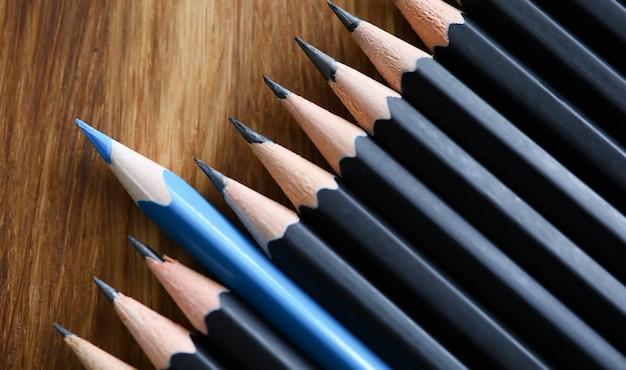 Matita blu spia tra matite nere