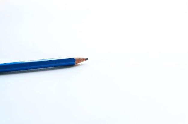 Matita blu su sfondo di carta bianca