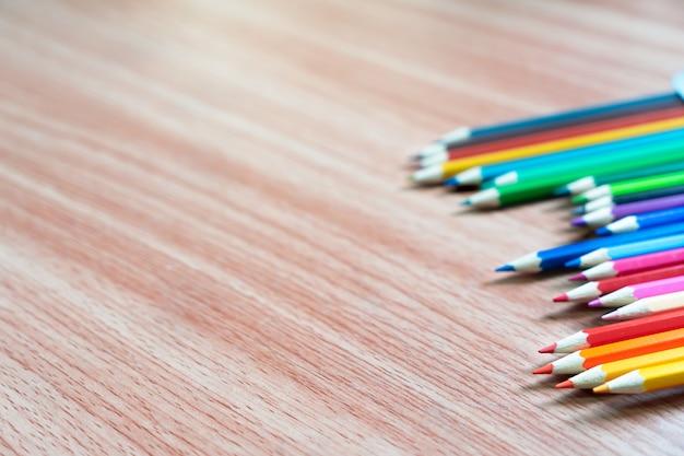 Matita colorata sul tavolo di legno. oggetto per il concetto di bambini