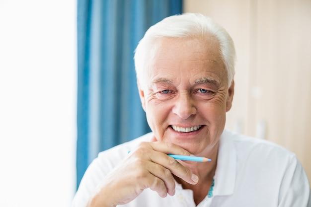 Matita colorata tenuta senior sorridente