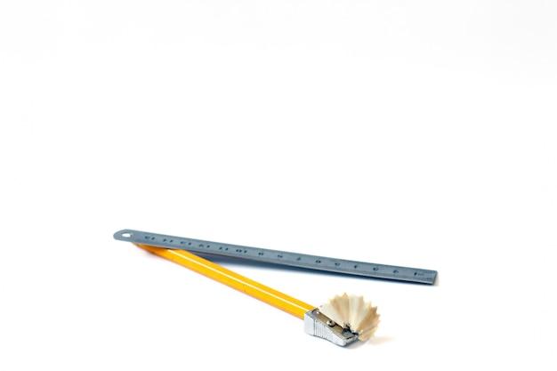 Matita e righello con una penna. disegnare. dipingere. avvicinamento