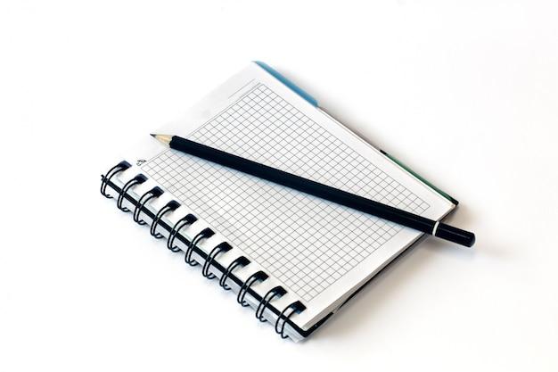 Matita su un pezzo di carta. matita e quaderno. avvicinamento.