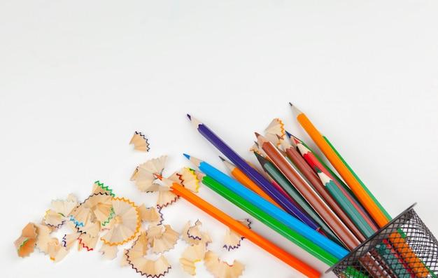 Matite affilate con la rasatura della matita isolata su bianco