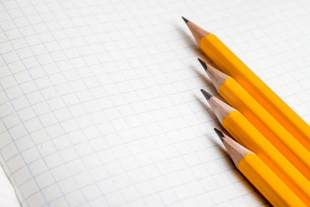 Matite arancione da vicino e libro di composizione.