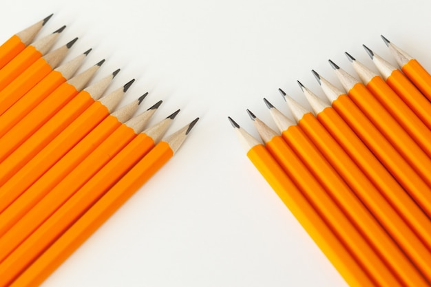 Matite arancioni isolate su priorità bassa bianca