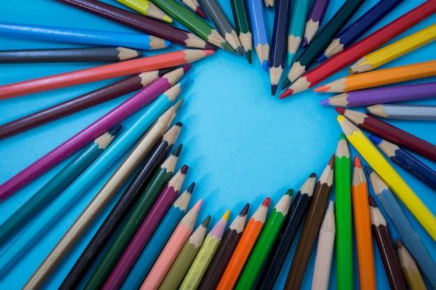Matite colorate che fanno a forma di cuore